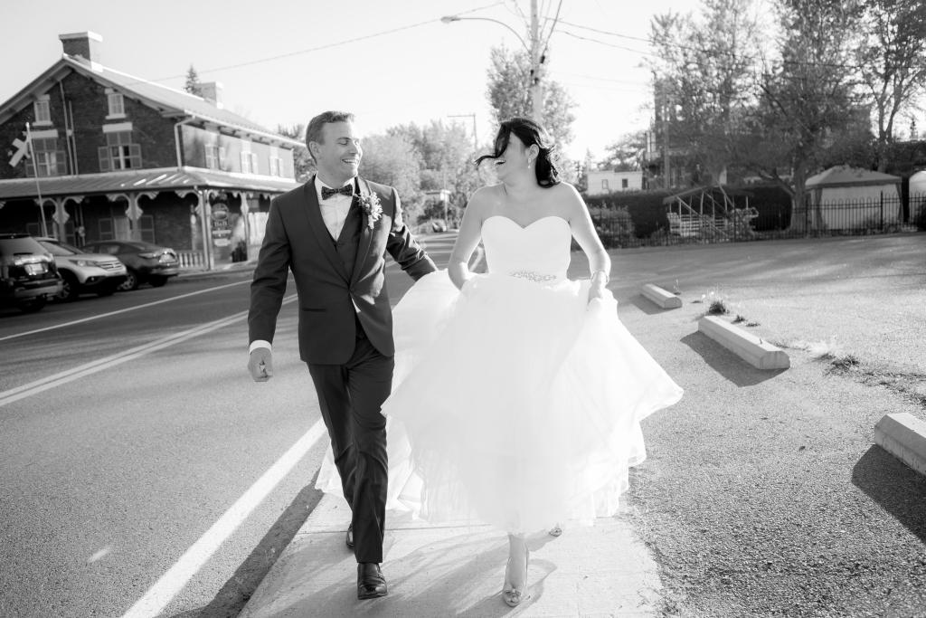 photographe de mariage montréal, château saint-antoine, couple amoureux marchent main dans la main