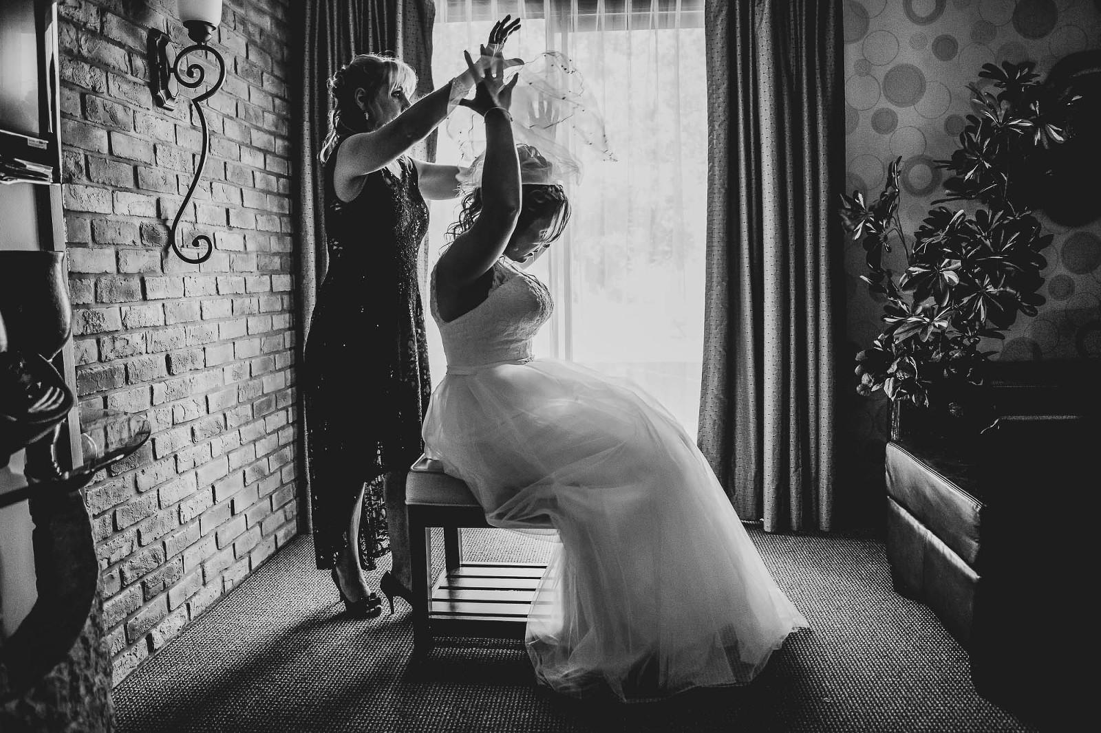 Photographe de mariage drumondville hotel mariée met son voile avec sa mère